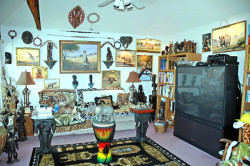 A very good friend of this website dedicate one of the rooms in his house to Africa; highlighting the paintings of Ndwiga